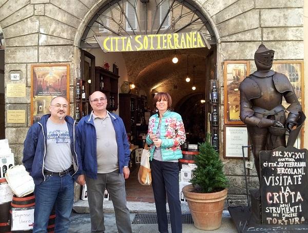 Giancarlo, Angelo e Vanda all'ingresso della Città Sotterranea